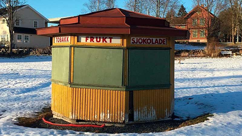 Hagabua i Vestråtparken i Ski senvinteren 2016 før restaurering.